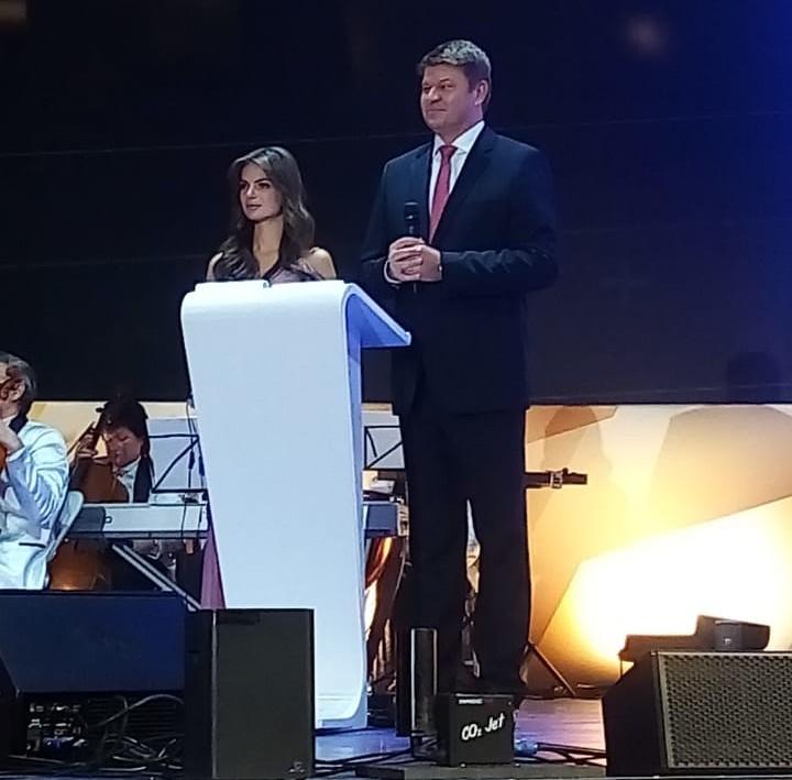 Ведущими стали спортивные журналисты Дмитрий Губерниев и София Тартакова.
