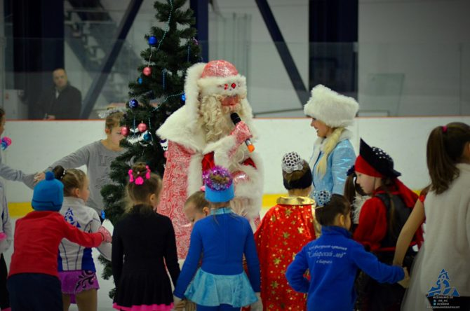 Дед Мороз и снегурочка в Карандин-Арене
