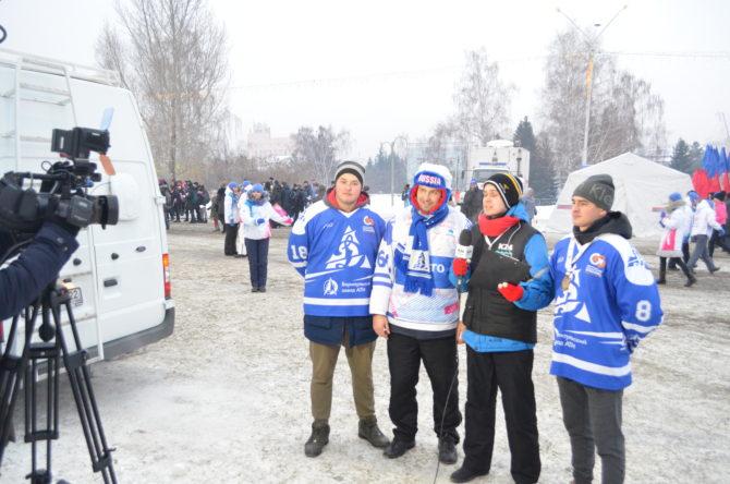 на Площади Сахарова Вадим Слюсарев окружен динамовскими защитниками: